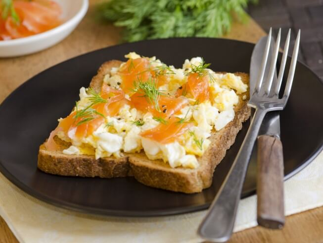 recipe for creamy scrambled eggs with dill and smoked salmon